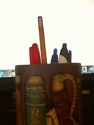 Round pen and pencil holder